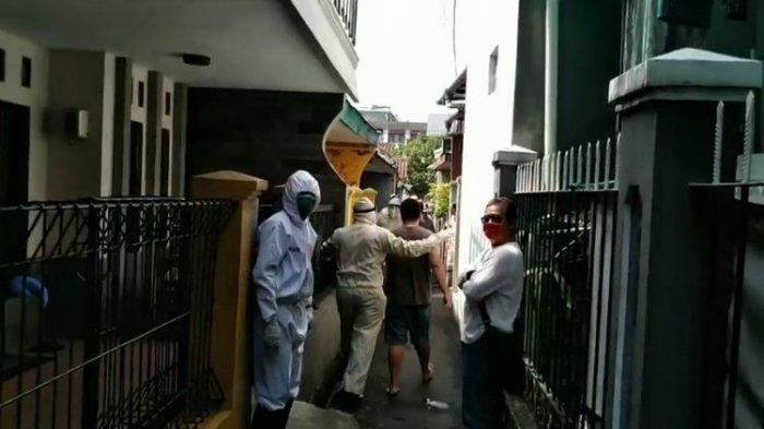 POPULER Jadi Tontonan Saat Dijemput Petugas, Pasien Positif Covid Ngamuk & Peluk Warga yang Merekam