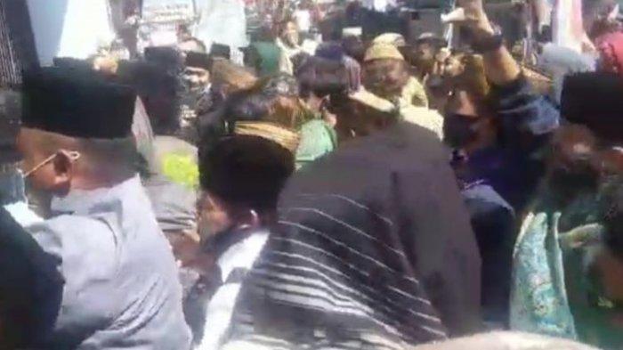 Foto sekelompok orang yang berunjukrasa membela Rizieq Shihab berakhir rusuh. Massa pedemo merusak mobil polisi dan melempari batu ke Kantor Kejaksaan Negeri Singaparna, Kabupaten Tasikmalaya, Senin (12/7/2021).