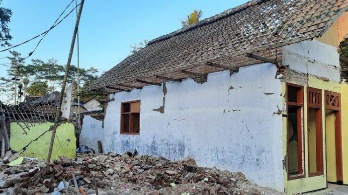 Duduk di Teras saat Gempa Malang Mengguncang, Pujiati Lemas Saksikan Rumahnya Ambruk di Depan Mata