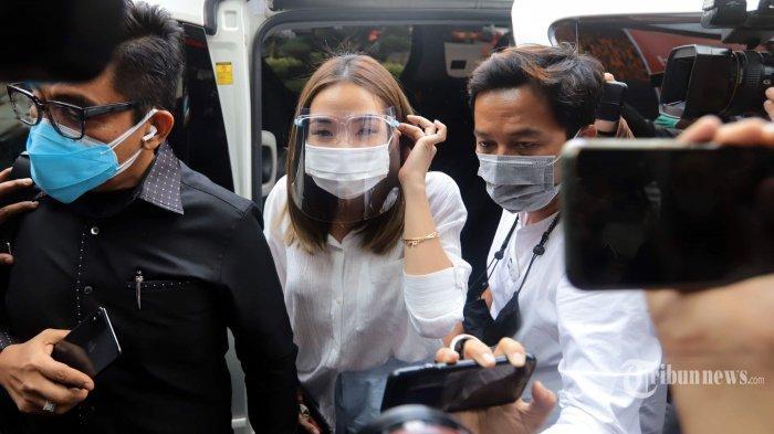 Gisella Anastasia alias Gisel didampingi pengacaranya tiba di Gedung Direktorat Reserse Kriminal Khusus Polda Metro Jaya, Jakarta Selatan, Rabu (23/12/2020).
