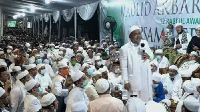 Pimpinan Front Pembela Islam (FPI) Rizieq Shihab saat berceramah dalam acara Maulid Nabi di kawasan Petamburan, Jakarta Pusat, Sabtu (14/11/2020)