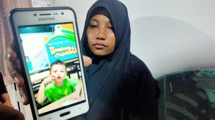 Ibu almarhum Muhammad Rehan Saputra, Riana (27) saat ditemui di rumah duka, Jl Gunung Lompo Battang, Makassar, Senin (21/6/2021) malam.