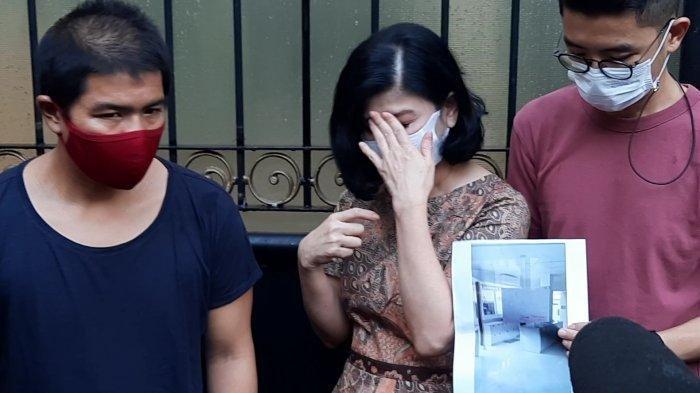 Ibunda Bams eks Samsons, Desiree Tarigan membeberkan kronologi diusir oleh sang suami, Hotma Sitompul sambil menangis.