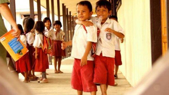 Ilustrasi - Berikut curhat wali murid di Surabaya yang dipaksa beli seragam Rp 1,5 juta padahal gaji sebulan hanya Rp 2,5 juta.
