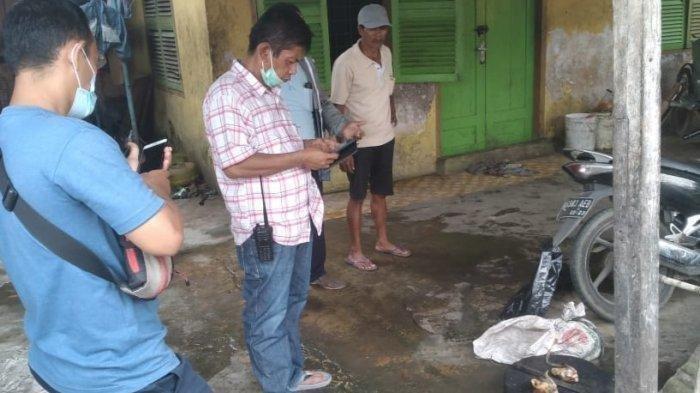 Anggota Polisi Polsek Medan Area melakukan pengecekan ke lokasi rumah jagal kucing di dalam karung di Jalan Tangguk Bongkar VII, Tegal Sari Mandala II, Kecamatan Medan Denai.