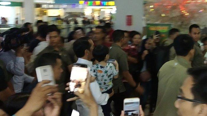 Presiden Jokowi Ajak Cucunya Jalan ke Solo Paragon Mal, Temani Jan Ethes ke Tempat Bermain