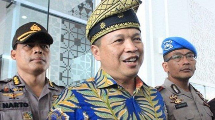 Kapolda Riau Irjen Agung Setya Imam Effendi borong dagangan tukang kerak telor.