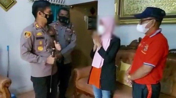 Kapolres Luwu Timur AKBP Silvester Mangombo Marusaha Simamora mendatangi kediaman RS, pelapor kasus dugaan pemerkosaan 3 anak di Luwu Timur, Sulawesi Selatan, Sabtu (9/10/2021).