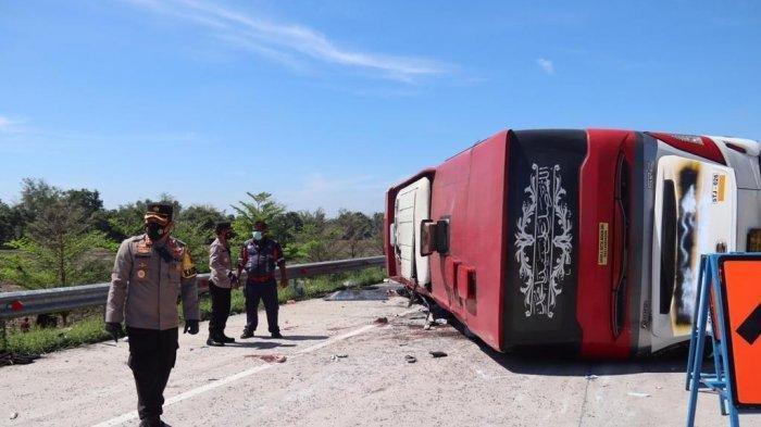 Hindari Truk dalam Kecepatan Tinggi, Sebuah Bus Terguling di Tol Pejagan-Pemalang, 8 Orang Tewas