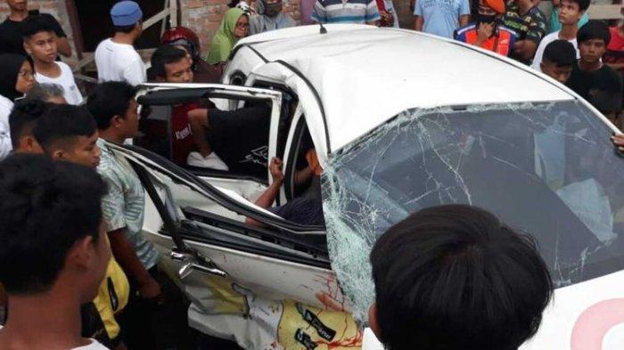 Tabrakan Maut Kereta Api VS Taksi Online, Diteriaki Warga Tapi Tak Dengar, Driver Tewas di TKP