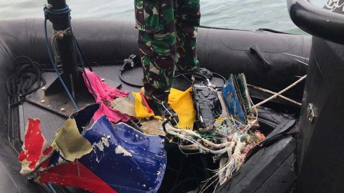 Tim Kopaska TNI AL menemukan bagian pesawat Sriwijaya Air SJ 182 setelah melakukan penyelaman di sekitar Pulau Lancang dan Pulau Laki, Kepulauan Seribu, Jakarta pada Minggu (10/1/2021) pagi.