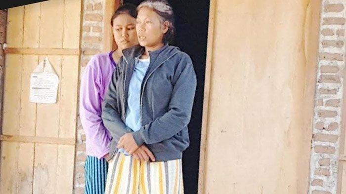 Ny. Sukinem (kanan) dan putrinya memberi keterangan kepada wartawan, Jumat (30/7/2021). Ny. Sukinem merupakan istri Jarwanto, Ketua RT di Dusun Babadan, Kelurahan Tinap, Kecamatan Sukomoro, Kabupaten Magetan, yang meninggal terpapar Covid-19, sepekan setelah menjalani vaksinasi.