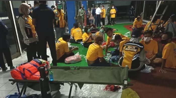 Para penumpang selamat dievakuasi di Pelabuhan Ketapang Banyuwangi. KMP Yunicee tenggelam di perairan Bali saat hendak bersandar di Pelabuhan Ketapang, Banyuwangi, Selasa malam (29/6/2021).