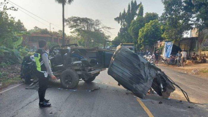 Kondisi mobil Isuzu Panther yang terlibat kecelakaan dan menewaskan 4 orang penumpang di Jalan Raya Tuban-Babat KM 4 Dusun Widengan, Kelurahan Gedongombo, Tuban.