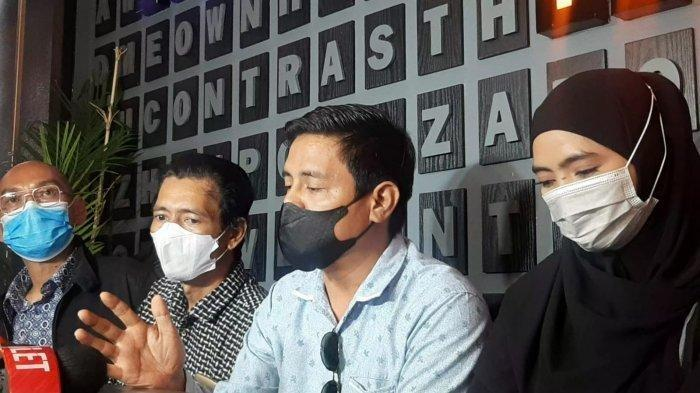 Sunan Kalijaga selaku kuasa hukum Marlina Octoria Kawuwung memberikan tanggapan terkait bantahan ayah Taqy Malik.