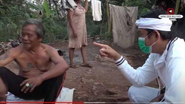 Anggota DPR RI Dedi Mulyadi (kiri), pria yang tinggal di gubuk tengah hutan Purwakarta saat ditemui , Senin (27/7/2020).
