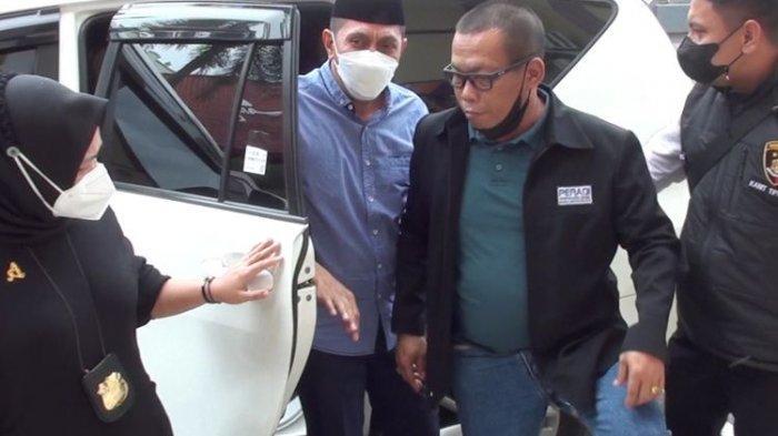 MH, oknum Satpol PP yang menjadi tersangka atas kasus penganiayaan terhadap pasangan suami istri pemilik warung kopi saat menggelar razia Pemberlakuan Pembatasan Kegiatan Masyarakat (PPKM) di Desa Panciro, Kecamatan Bajeng, Kabupaten Gowa, Sulawesi Selatan pada Rabu, (14/7/2021) lalu diamankan polisi dan digelandnag ke Mapolres Gowa. Sabtu, (17/7/2021).