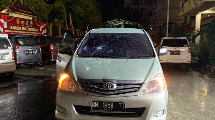Mobil Innova yang dipakai anggota DPRD Kota Pekanbaru, Ida Yulita Susanti, mengalami kerusakan usai cekcok dengan warga, Rabu (1/9/2021) malam.