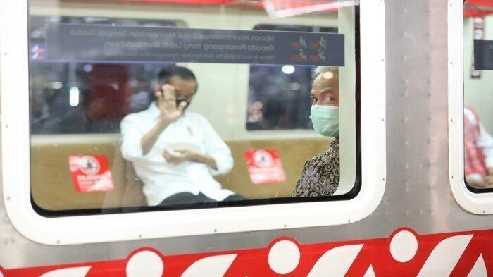 Momen Ketika Jokowi Ledek Ganjar Pranowo saat Jajal KRL Solo-Jogja : Pak Gubernur, Sundul Ya