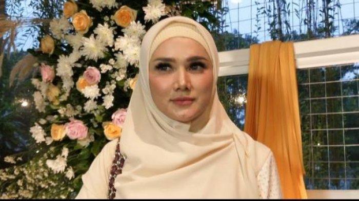 Mulan Jameela unggah berita WNA boleh masuk ke Indonesia selama PPKM Darurat.