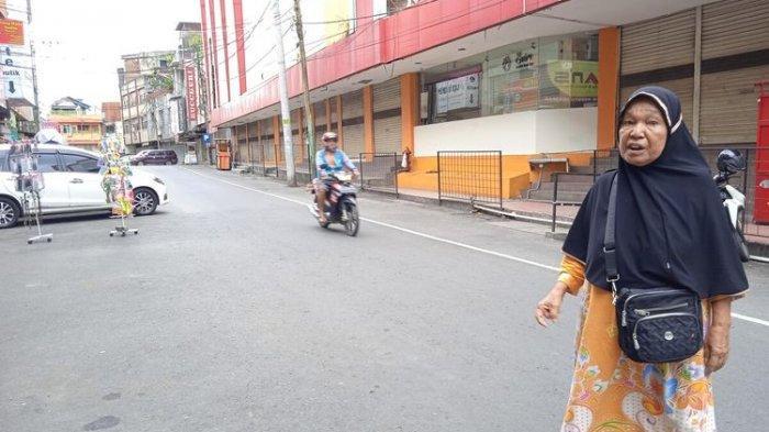 Musna (63) pedagang tas di Lorong Simpur menyesalkan pemerintah yang meminta para pedagang untuk tutup.
