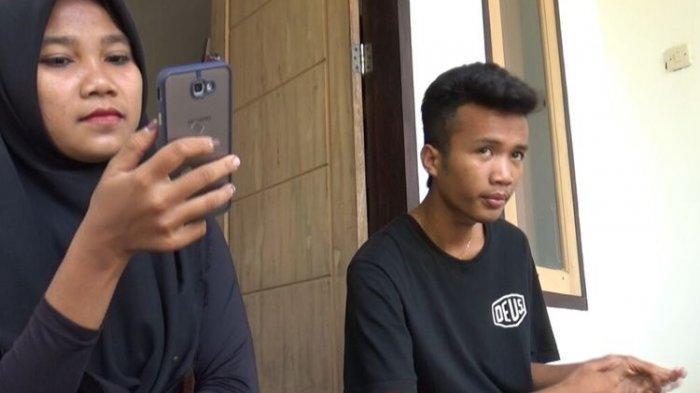 Nur Khusnul Khotimah (20) istri pertama Korik Akbar (20) saat berada di beranda rumah milik kakaknya. Korik adalah pengantin viral menikahi dua perempuan sekaligus 26 Juli 2021 lalu.
