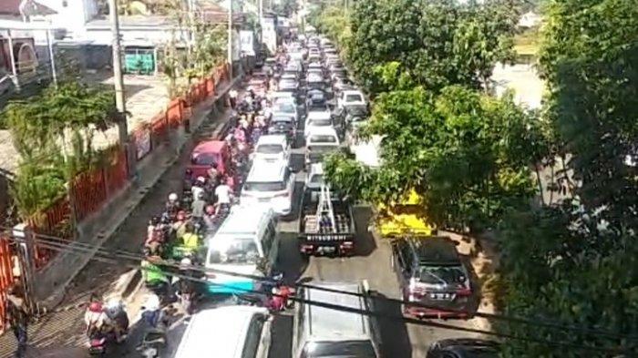 Para pengendara diminta berputar balik di sejumlah titik penyekatan menuju jalan protokol (pusat kota) di Bandar Lampung pada hari pertama penerapan PPKM darurat, Senin (12/7/2021).