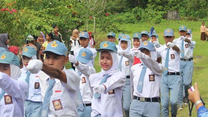 Kibarkan Bendera Merah Putih Hanya dengan Seragam SMA, Puluhan Petugas Menangis Kecewa Saat Upacara