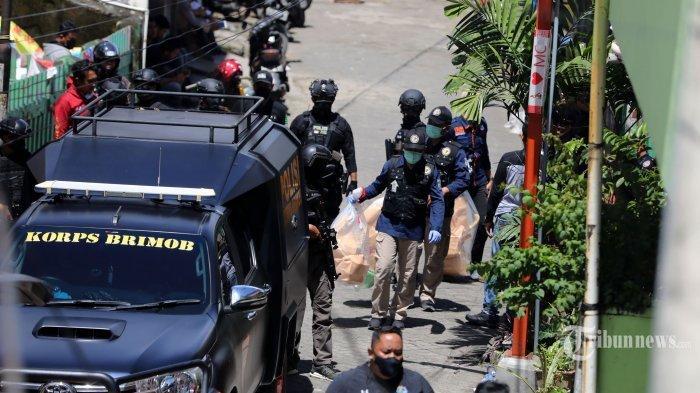 Aparat mengamankan barang bukti saat melakukan penggeledahan di rumah Lukman, tersangka bom bunuh diri Gereja Katedral Makassar yang berlangsung di Jalan Tinumbu 1 Lrg 132, Kota Makassar, Sulawesi Selatan, Senin (29/3/2021). Barang bukti dari hasil penggeledahan langsung diamankan. Diketahui, penggerebekan yang tengah dilakukan kepolisian itu merupakan rumah kos milik Lukman. Lukman diketahui merupakan warga asli Tinumbu.