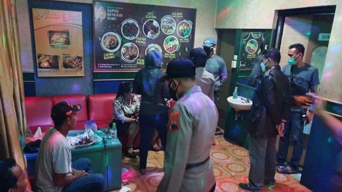 Petugas gabungan menggelar razia Pemberlakukan Pembatasan Kegiatan Masyarakat (PPKM) sekaligus penertiban saat Ramadhan di tempat karaoke di wilayah Kabupaten Pati, Jateng, Kamis (29/4/2021) malam.