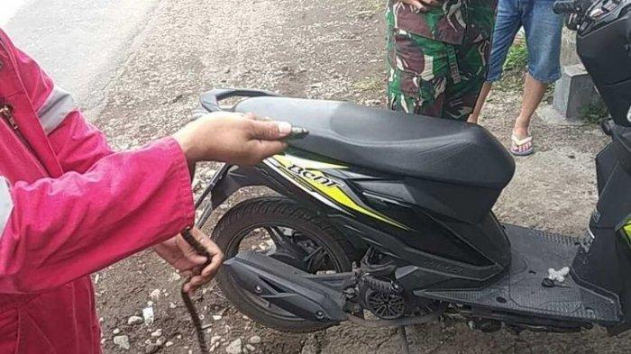 Curiga Sesuatu Naik ke Setir, Warga Malang Kaget Ada Ular di Motor Saat Berkendara: 'Dikira Cicak'
