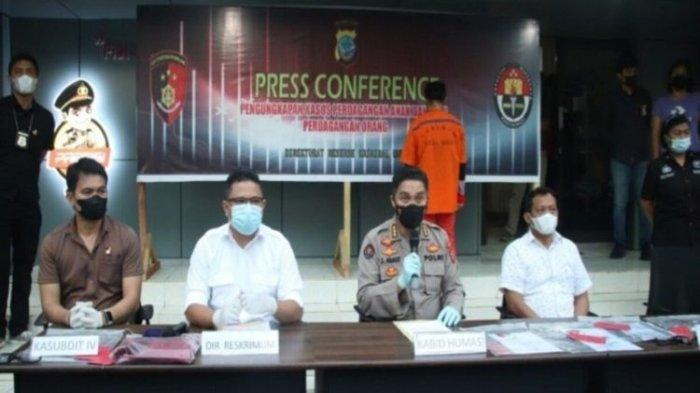Polda Sulut saat memberikan keterangan pers terkait kasus perdagangan bayi di Manado, Kamis (7/10/2021).