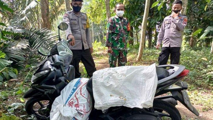 Polisi menemukan jasad perempuan muda berada di dalam karung di atas sepeda motor tidak jauh dari lokasi seorang pria bunuh diri di area kebun sengon di Desa Kawedusan, Kecamatan Ponggok, Kabupaten Blitar, Rabu (1/9/2021)