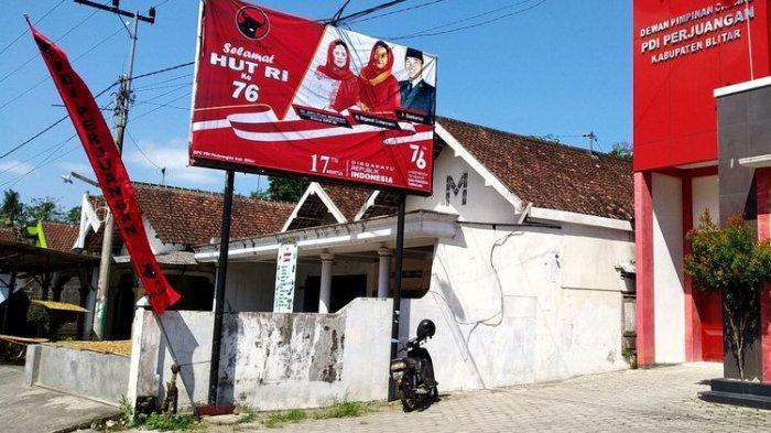 Poster ucapan HUT RI ke-76 menutup baliho dengan foto Puan Maharani yang menjadi target vandalisme, Sabtu (24/7/2021)