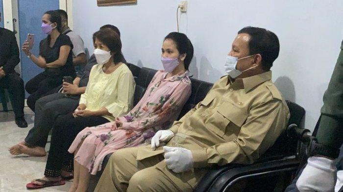 Menteri Pertahanan Prabowo Subianto saat bertandang ke kediaman almarhum Letnan Dua (Letda) Laut (T) Rhesa Tri Sigar, salah satu personil KRI Nanggala-402, yang telah dinyatakan gugur, Senin (26/4/2021).