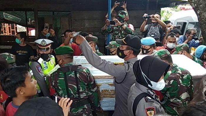Teriakan Histeris Kakak Pratu Martinus Korban Penembakan di Kafe RM Cengkareng, 'Adikku, Adikku!'