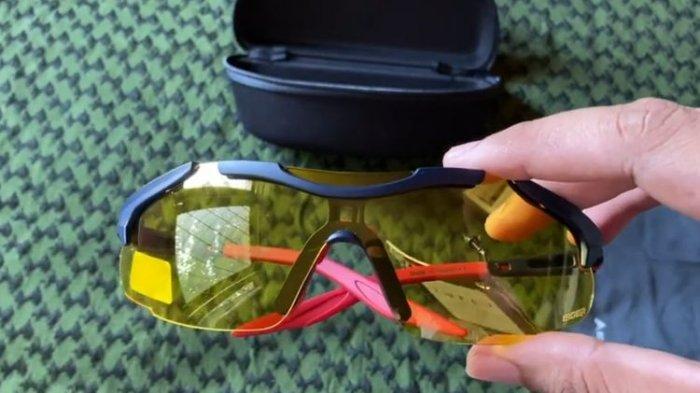 Tangkap layar video ulasan kacamata Eiger di kanal YouTube duniadian.