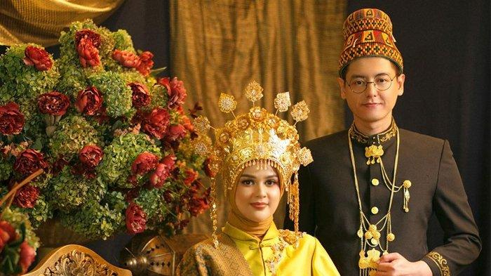 Setelah Lamaran Cut Meyriska dan Roger Danuarta Kompak Pajang Foto dengan Baju Pengantin Adat Aceh