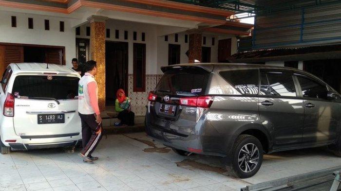 Salah satu warga Desa Sumurgeneng, Kecamatan Jenu, Kabupaten Tuban, Jawa timur, menunjukkan koleksi mobil yang dibeli usai menerima uang pembebasan lahan dari proyek pembangunan kilang minyak di Tuban. Selasa (16/2/2021).