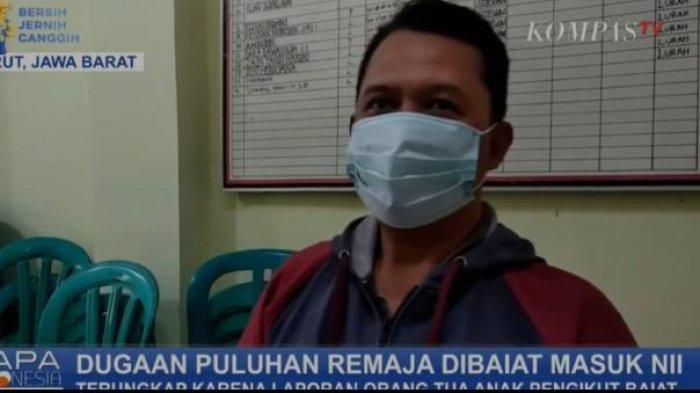 Salah satu orang tua yang anaknya diduga terpapar ajaran Negara Islam Indonesia (NII) saat mendatangi Mapolres Garut, Jawa Barat.