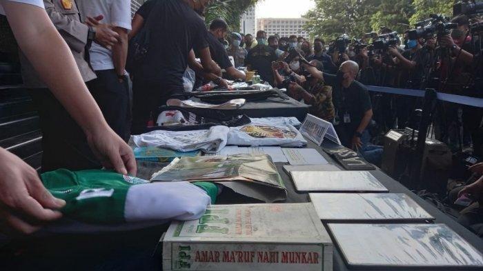Sejumlah atribut FPI yang disita dalam penggerebekan terduga teroris di Bekasi dan Condet, Jakarta Timur saat ditampilkan di Polda Metro Jaya, Senin (29/3/2021)