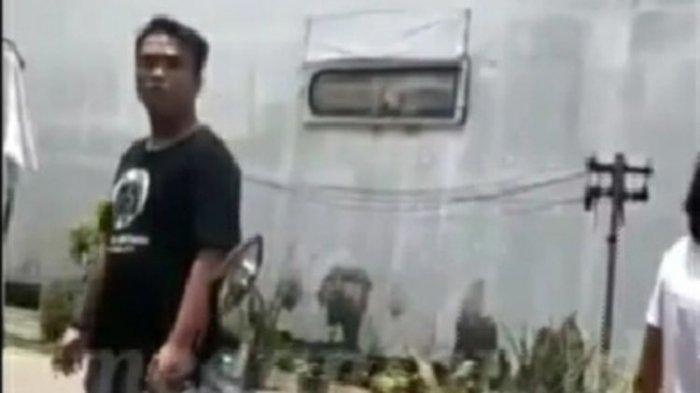 Tangkap layar video viral yang memperlihatkan seorang pria berdebat dengan seorang pedagang di Pasar Sambu Medan. Pria tersebut diduga melakukan pungli.
