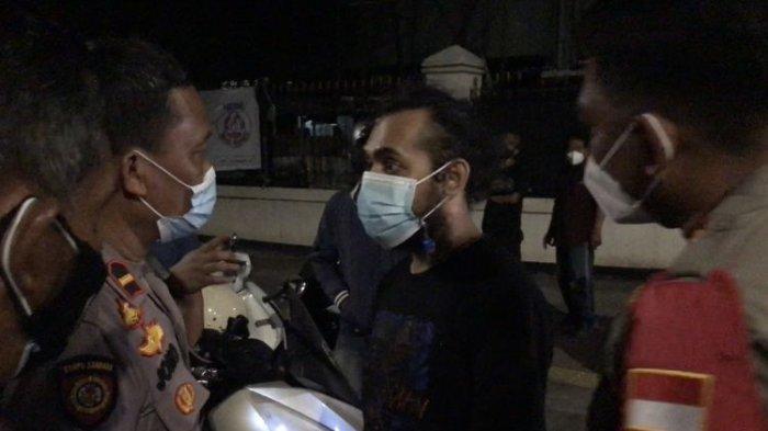 Seorang pria berinisial E dalam kondisi mabuk mengamuk saat polisi memeriksa surat-surat kendaraan bermotor di Jalan Bulungan Raya, Kramat Pela, Kebayoran Baru, Jakarta Selatan pada Minggu (12/9/2021) sekitar pukul 03.30 WIB.