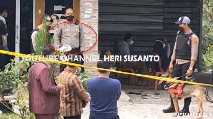 Sebuah sepatu berwarna putih terendus anjing pelacak di lokasi dibunuhnya Tuti Suhartini dan putrinya, Amalia Mustika Ratu.