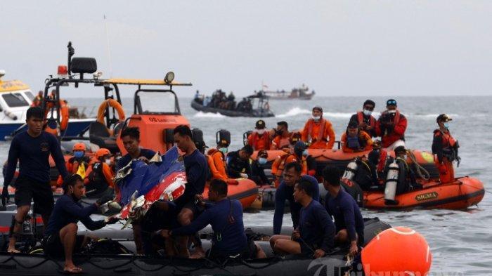 Prajurit TNI menemukan serpihan pesawat Sriwijaya Air SJ 182 yang hilang kontak dan diperkirakan jatuh di perairan Kepulauan Seribu, Jakarta, Minggu (10/1/2021). Pada hari pertama pencarian, personel gabungan menemukan beberapa serpihan pesawat Sriwijaya Air SJ 182.