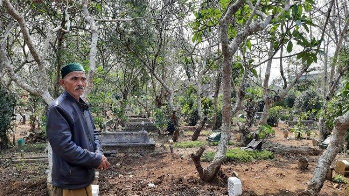 Suhari, juru kunci di TPU Kelurahan Pandanwangi, Kota Malang saat menunjukkan makam jenazah Covid-19 dimakamkan di TPU itu, Senin (6/9/2021).