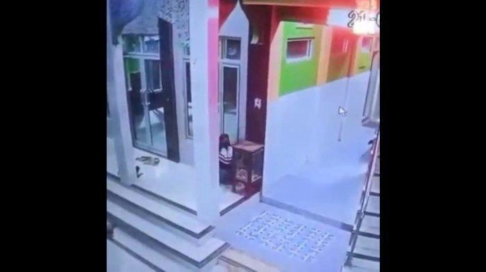 Tangkapan layar bocah pencuri kotak amal di Mushola Miftahul Jannah di Desa Lobener Lor, Kecamatan Jatibarang, Kabupaten Indramayu Sabtu (21/8/2021) sekitar pukul 02.30 WIB.