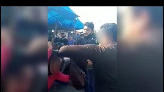 Tangkapan layar video viral pedagang perempuan diduga dianiaya preman di Pasar Gambir Tembung, Kecamatan Percut Sei Tuan, Deli Serdang, Sumatera Utara, 8 September 2021 lalu. Si pedagang dan penganiayanya saling lapor ke polisi.
