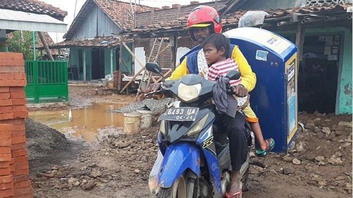 Viral Penjual Roti Keliling Jualan Gendong Anaknya yang Lumpuh Layu, Istri Wafat, Rumah Kena Air Rob