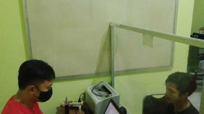 tersangka HL saat diperiksa Polres Lombok Barat, karena video tiktok penghinaan palestina
